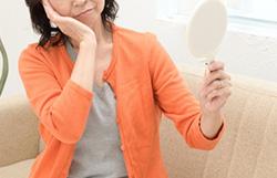 女性だが薄毛で悩んでいる。ホルモン補充療法で改善できる?