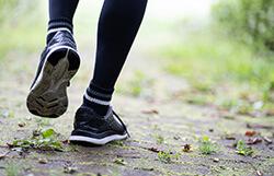 運動を始めてからかかとが痛む。安静にしていれば治る?